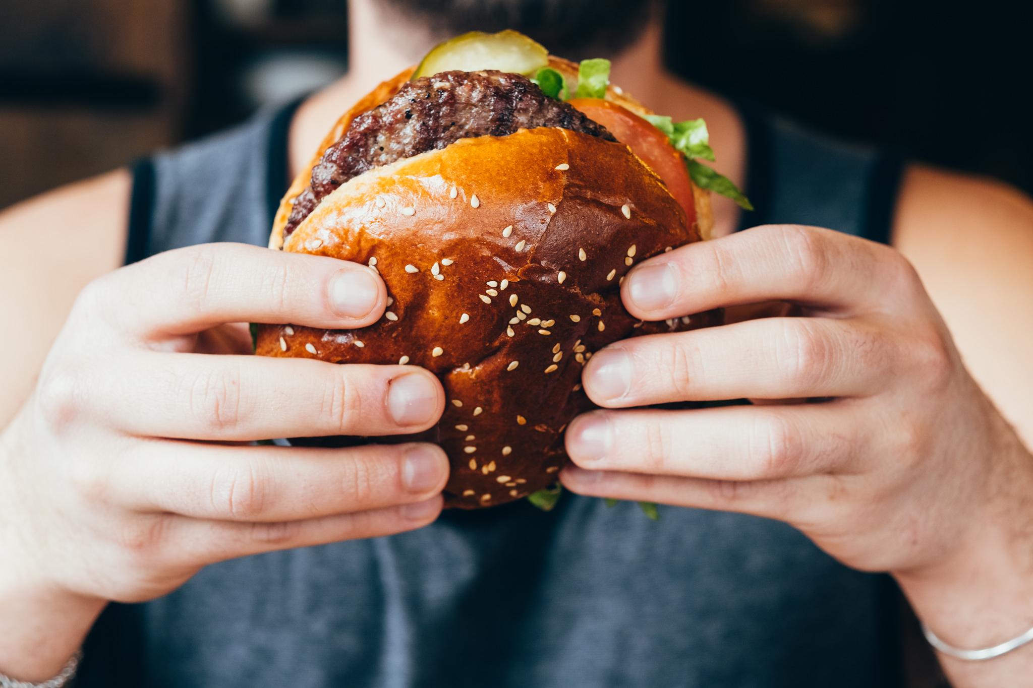 איש אוכל המבורגר