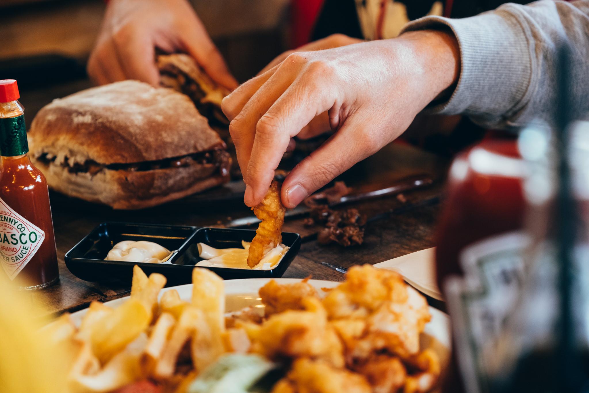 אוכלים בשולחן